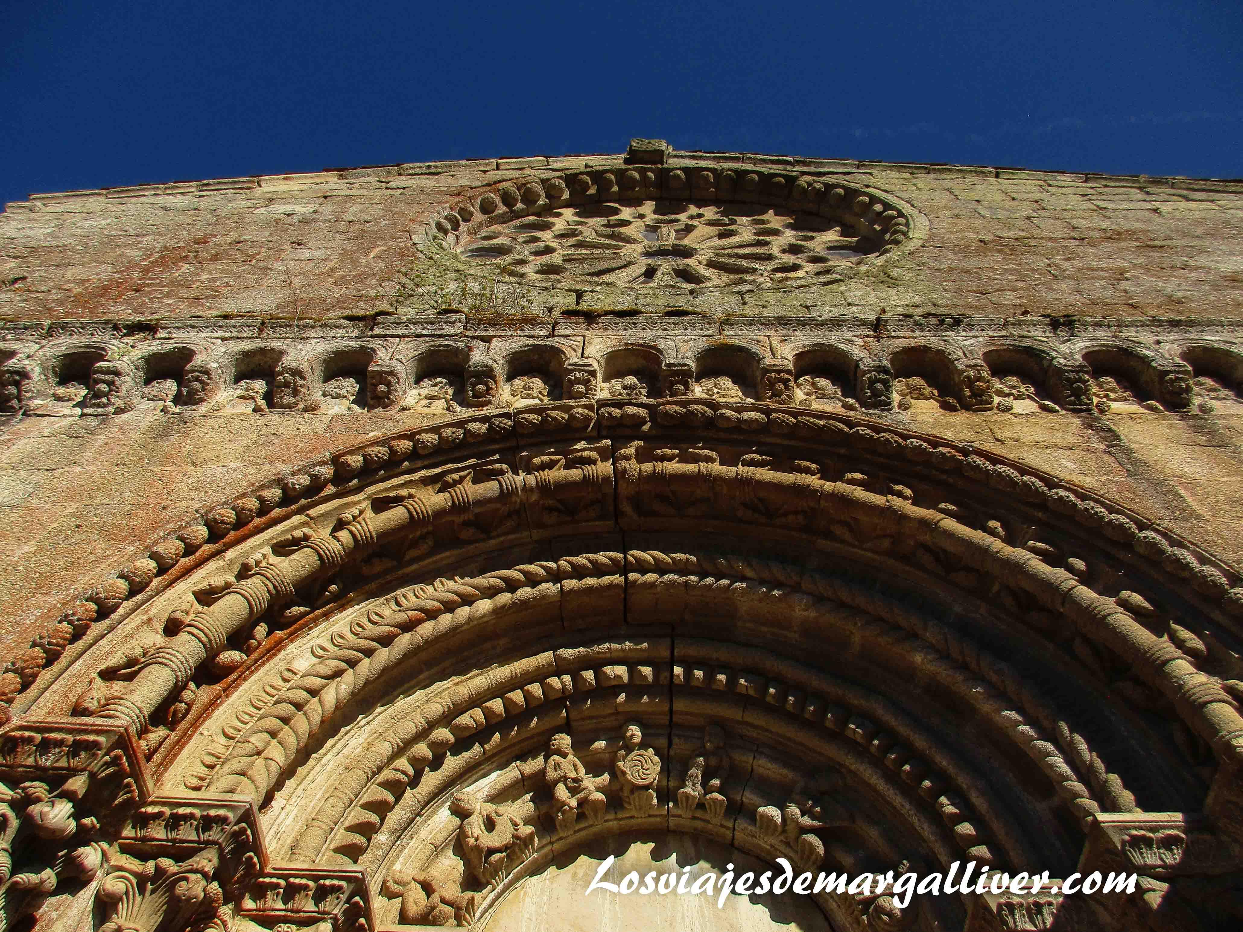 Fachada del monasterio de Santo Estevo do Ribas do Miño en la Ribeira Sacra - Los viajes de Margalliver